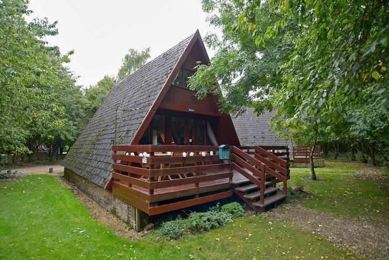 La cabaña se encuentra en una finca privada rodeado de árboles.