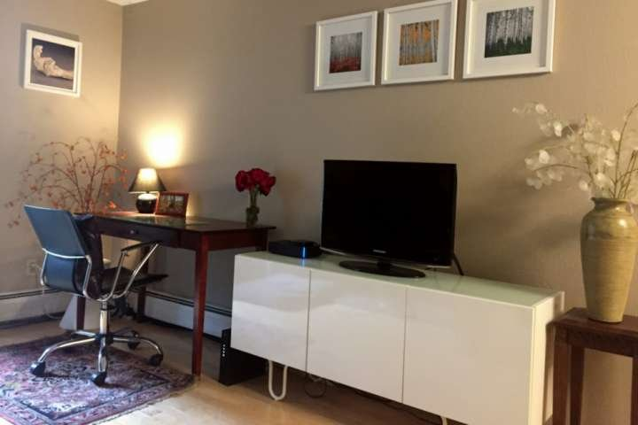 Flat screen tv, wifi and computer desk offer all the conveniences of home.