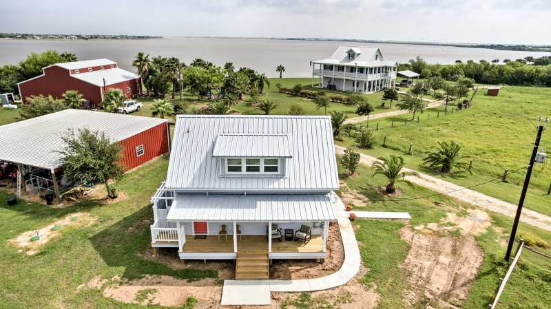 Updated Ranch Cottage w/ Pier on Carancahua Bay!, location de vacances à Palacios