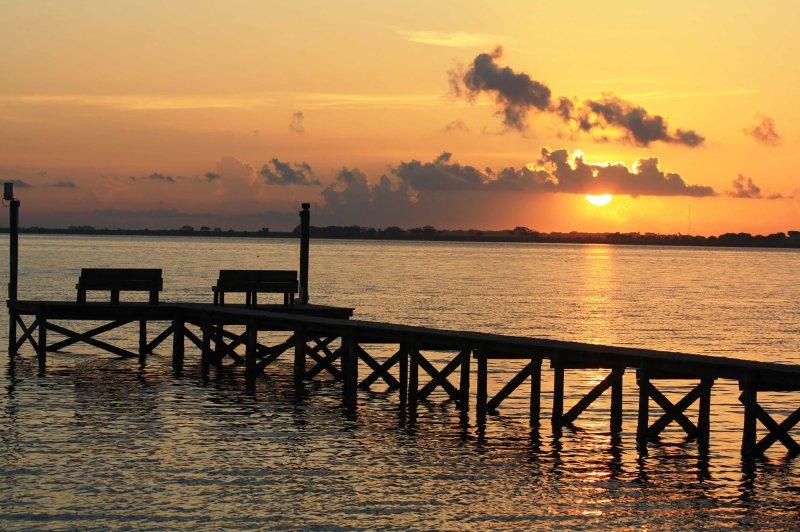 Con un muelle privado sólo un tiro de piedra, esta casa tiene todo lo necesario para el perfecto refugio de la Costa del Golfo!