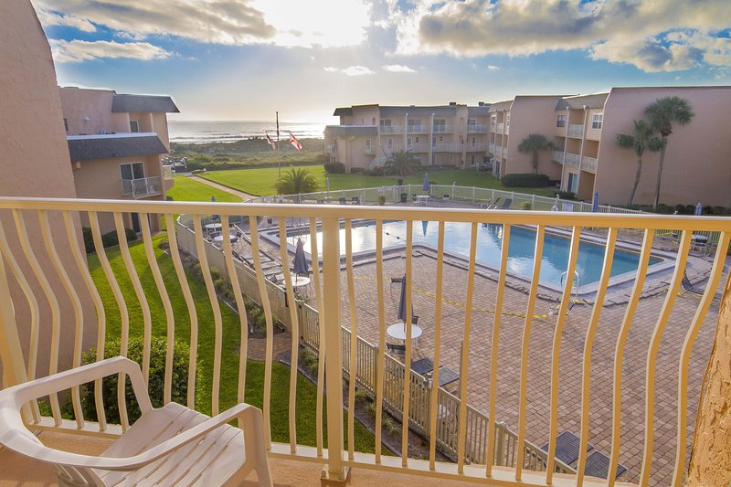 Great Ocean Views - 2/2 Townhome  - Sleeps 6 - Excellent Location!!!, location de vacances à Crescent Beach