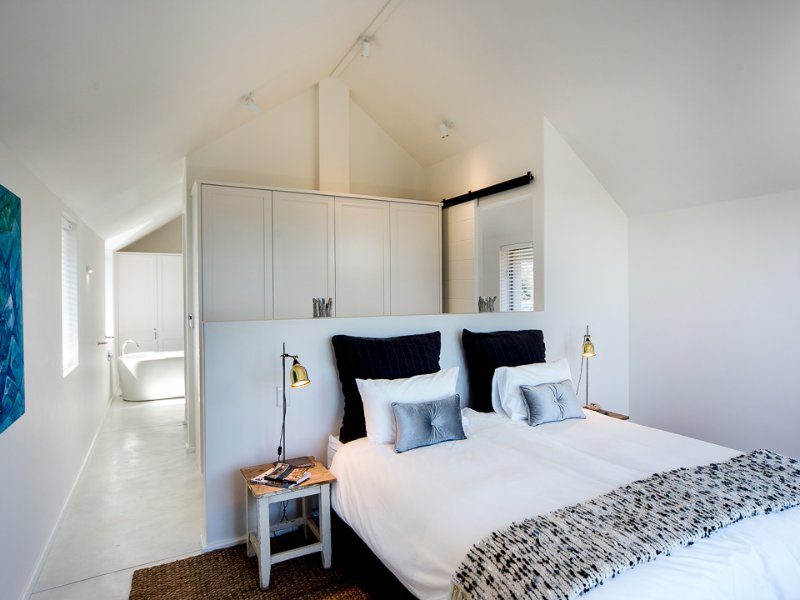 Willow Beach House - master bedroom with kingsize bed XL