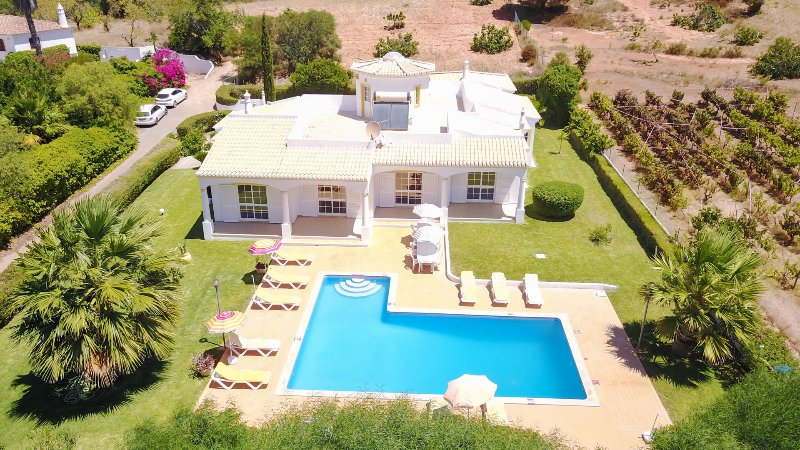 CRISTIANO 2 Wing Villa,large garden,private pool,peaceful location,AC,free WiFi, vacation rental in Paderne