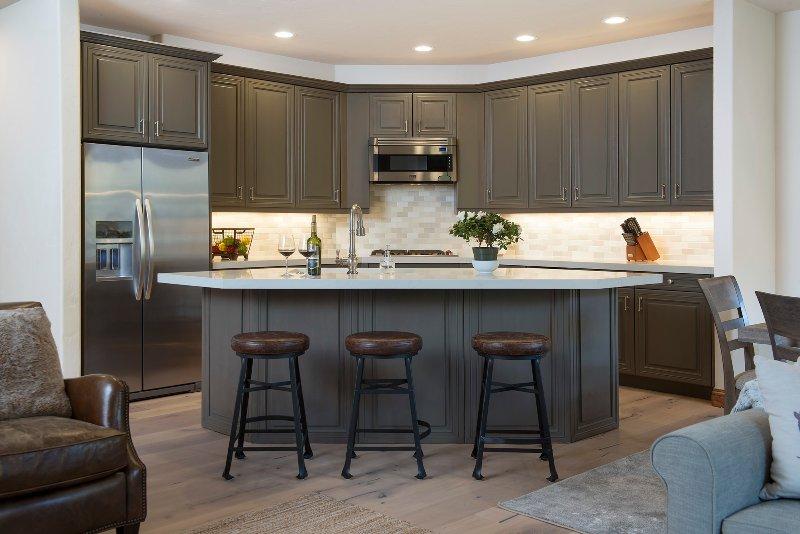 cucina con posti a sedere bar attrezzato per tre.