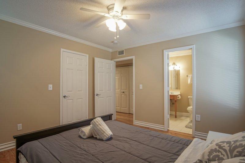 Clientes quarto com cama de casal e casa de banho completa conectando