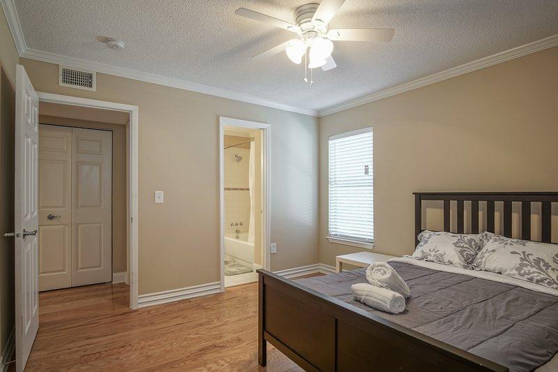 quarto de hóspedes com cama queen, toalhas e lençóis