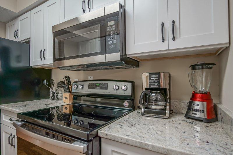 cozinha nova, bancadas em granito, com todos os utensílios fornecidos