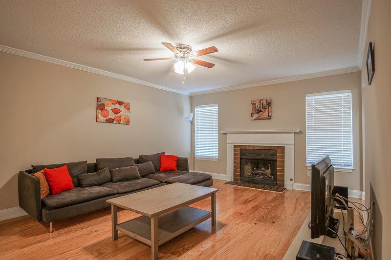 Espaçosa sala de estar com mobiliário novo, cabo e internet de alta velocidade fornecido