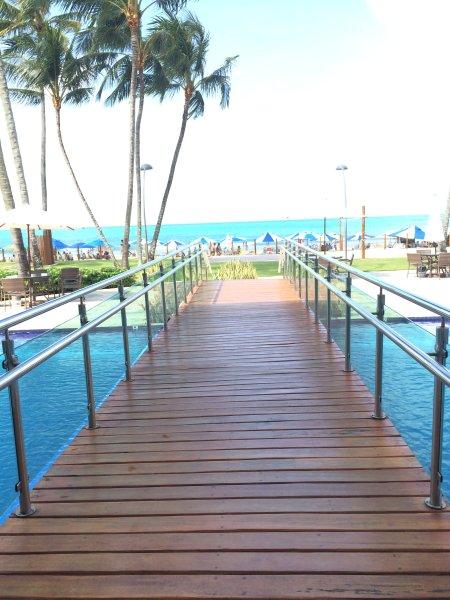 Brug over een van de zwembaden, het nemen naar de tuin en uiteindelijk tot een strand van warm water.