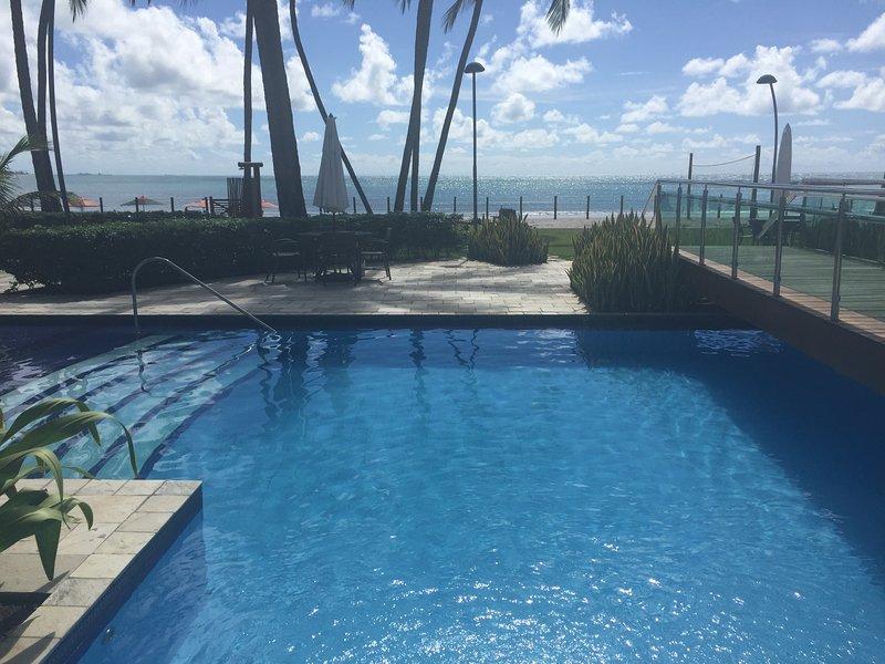 Una de las piscinas del condominio.