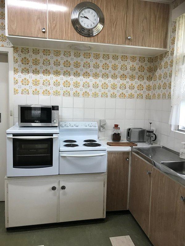 Cucina completa con forno, piano cottura elettrico, forno a microonde, frigorifero, frullatore, spremiagrumi, pentole, padelle, ecc