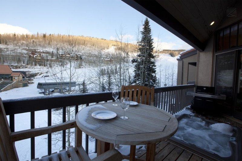 Soak your worries away in the hot tub as you watch skiers come down to lift 4.