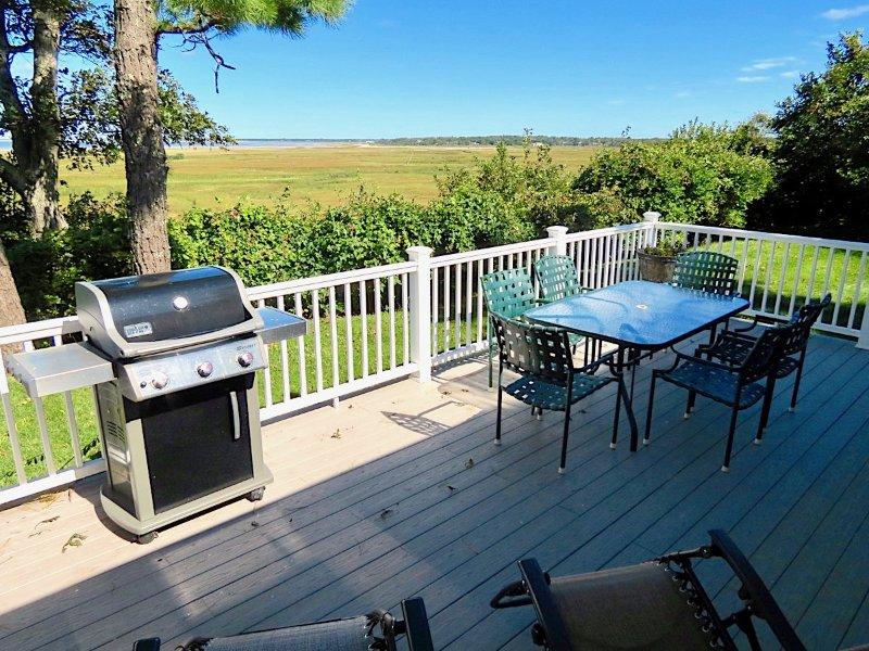 Relájate, parrilla y disfruta de la vista de 180 grados de las marismas de East Brewster, Crosby Landing Beach y los atardeceres sobre Cape Cod Bay.