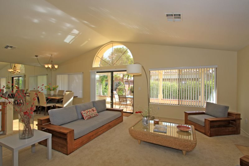 LIO738 - Oasis Country Club Vacation Rental - 2 BDRM, 2 BA + DEN - Beautiful Dan, aluguéis de temporada em California Desert