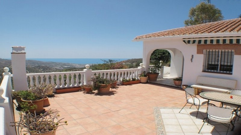 Tranquil Villa near Torrox Pueblo and Nerja with mountain and sea views, location de vacances à Torrox