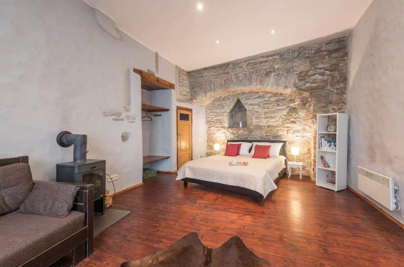 Medieval Town Wall Apartment, alquiler vacacional en Keila