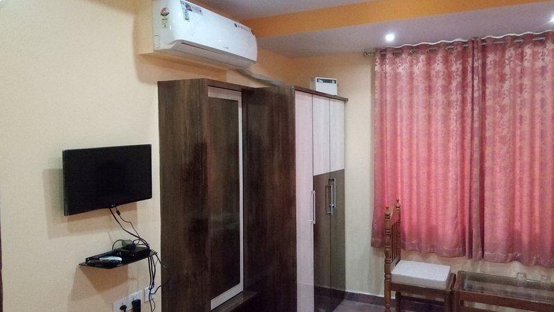 Family Room 6 Meera Motels And Residency, aluguéis de temporada em Sernabatim