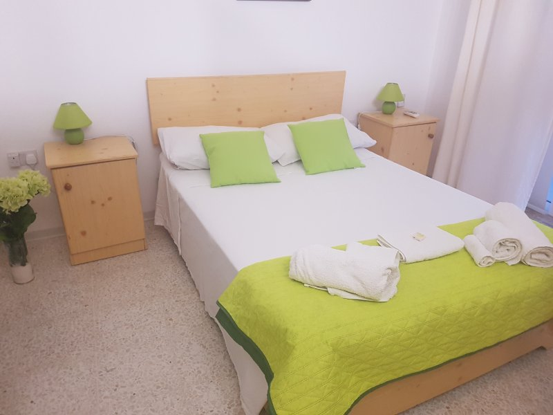 Double room with private bathroom close to Mdina, holiday rental in Dingli