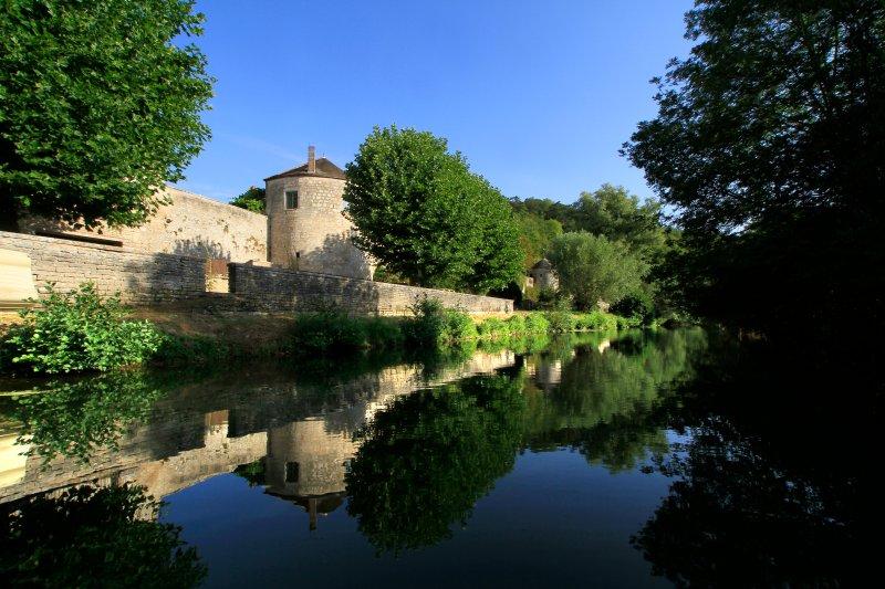 Tour Mrs thirteenth century view of the river Serein.