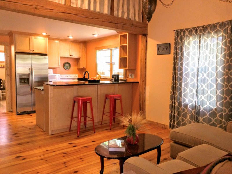 Cozy 2 BR Cottage on 3 Wooded Acres, holiday rental in Olivia