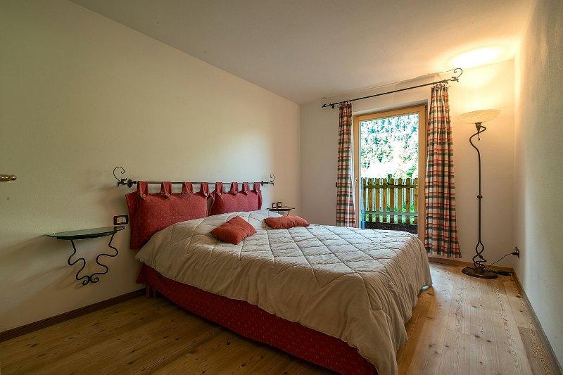 dormitorio principal con balcón y walk-in closet