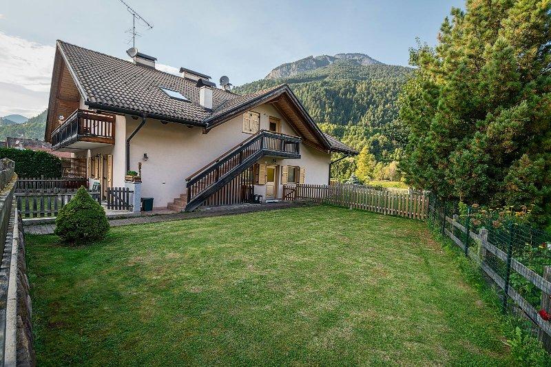 exterior con entrada y jardín disponibles
