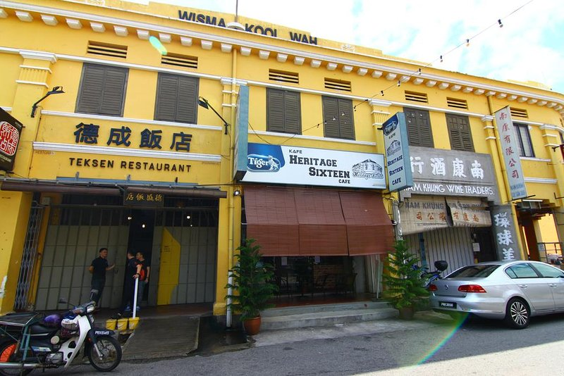 Heritage Sixteen (4th Family room 3 Twin w/ Shared BR ), holiday rental in George Town