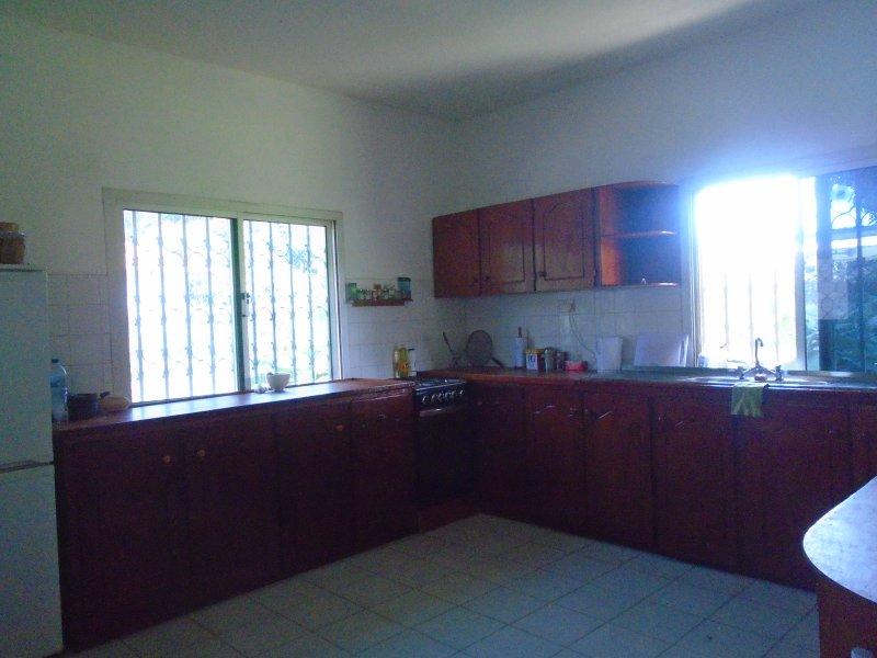 Completamente attrezzata piano cottura a gas cucina / forno, frigo / congelatore.