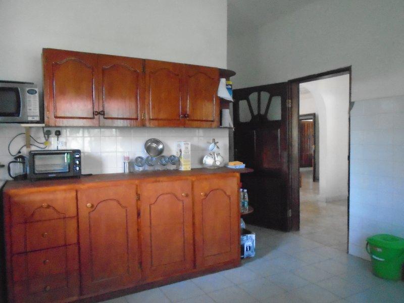 Cucina electic forno / microonde attrezzature adeguate e stoviglie per 10. Il personale organizzato lavare i vestiti