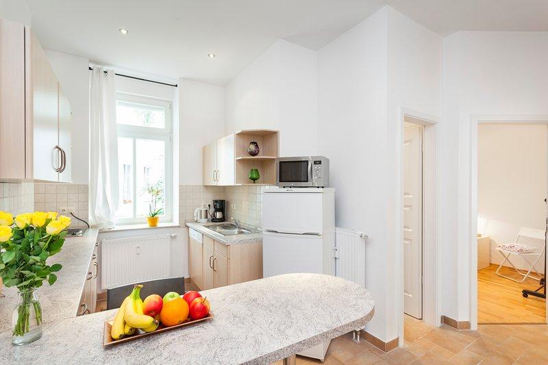 cozinha aberta com tudo que você precisa, também uma máquina de lavar louça, não extra limpar os pratos após o cozimento :-)