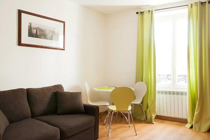 Nice 40sqm flat in Rueil Malmaison City Center, holiday rental in Rueil-Malmaison