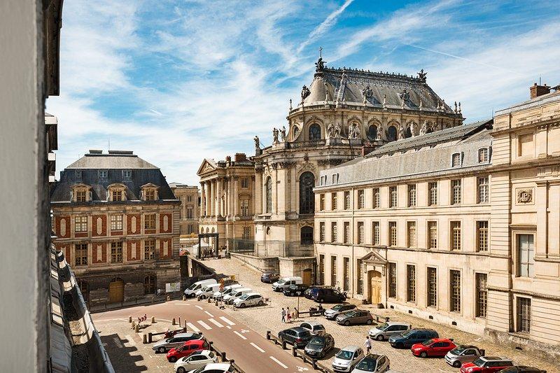 Vue de l'appartement: le Château de Versailles et la Chapelle royale Parking en bas de l'appartement