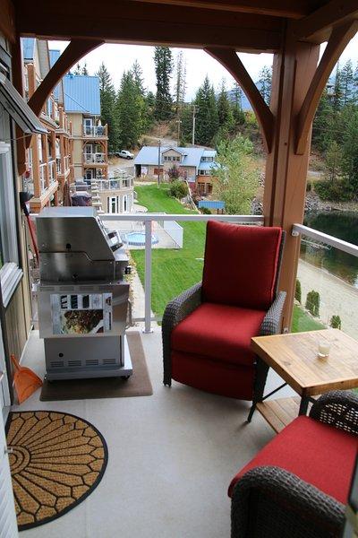 Suite # 209 balcon avec chaises Lazyboy inclinable patio et barbecue.