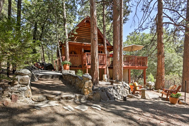 Aventurarse al Monte San Jacinto State Park para este 1400 pies cuadrados, 2 dormitorios, 2 baños casa de alquiler en Idyllwild!