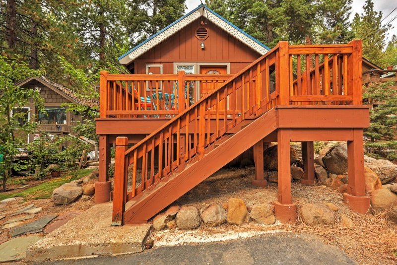 Bright Kings Beach Home w/ Deck; Walk to Lakefront, alquiler de vacaciones en Brockway