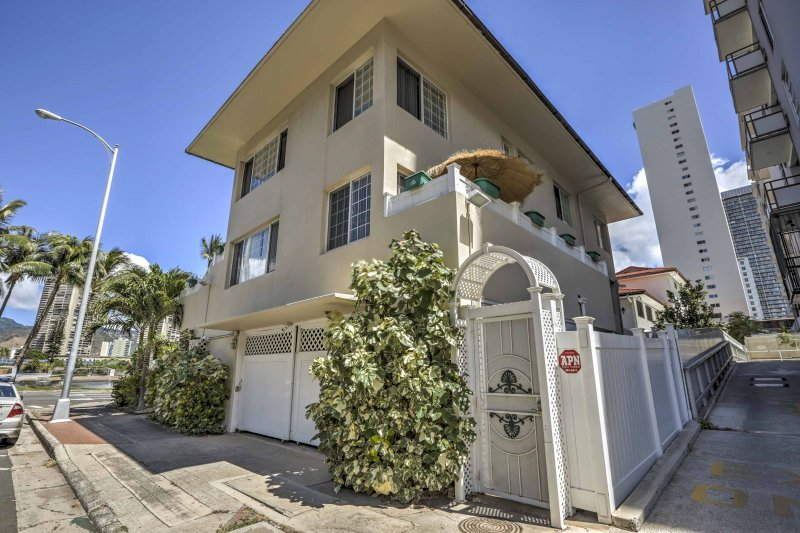 Your idyllic Hawaii escape begins with this 1-bedroom, 1-bathroom Honolulu vacation rental apartment that sleeps 4!