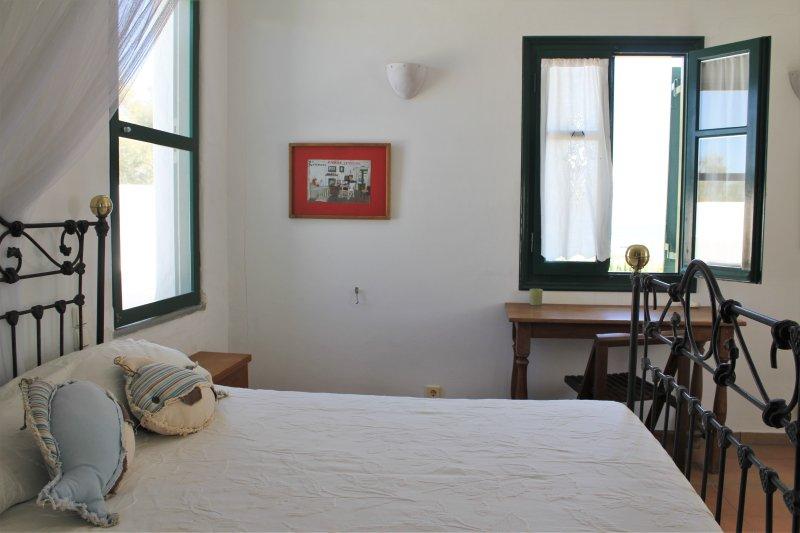 Dormitorio 1 (habitación superior) cama doble con vistas al mar