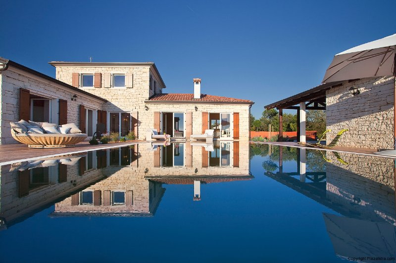 Villa Modena is a gorgeous villa with a pool and a large garden, holiday rental in Bibici