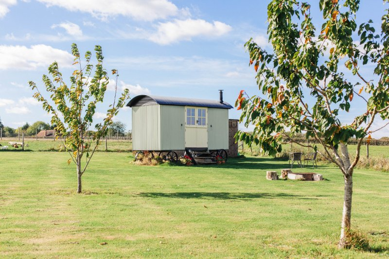 Stables Farm Shepherds hut Stalisfield, vacation rental in Stalisfield