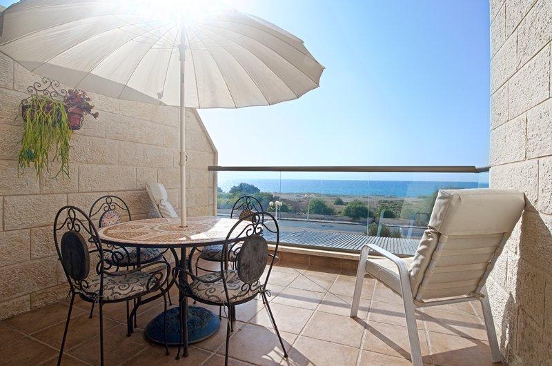 Nahariya Israel Seafront Apartment Vacation Rental, aluguéis de temporada em Distrito norte