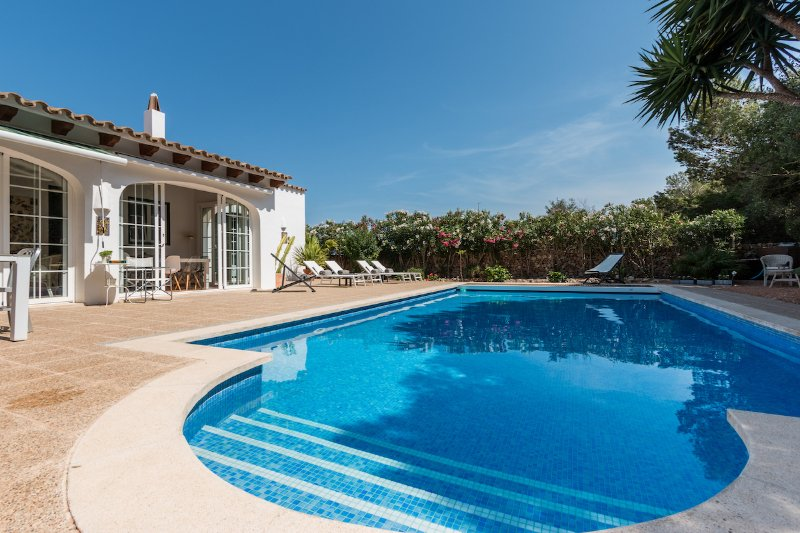 Welcome to Casa Bonita Menorca with 2 double bedrooms, Confucius and Picasso, and jun. Suite: Einstein.