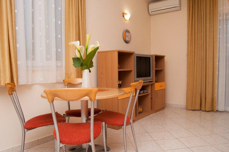 Apartments 'Komarna' - Orange apartment, holiday rental in Komarna