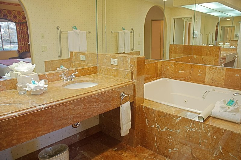 Legacy Golf Resort bathroom