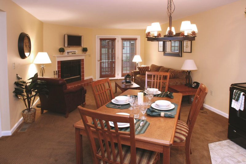 Stunning & Scenic 2BR w/ Resort Pool Near Ski Area, holiday rental in Henniker