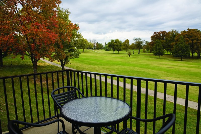 Family-Friendly Condo w/ Nearby State Park & River, Full Kitchen & Resort Pool, holiday rental in Bernice