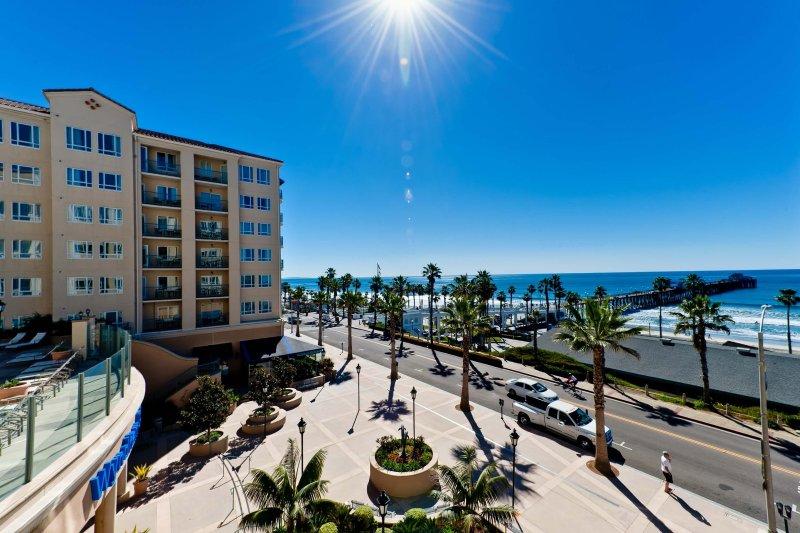 Spacious Condo Across from the Pier w/ Beach Access, Resort Pool & Free WiFi, alquiler vacacional en Oceanside