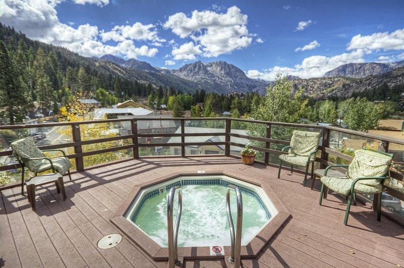 Cozy Condo w/ Scenic Views & Nearby Mountain Activities for All Seasons, location de vacances à June Lake