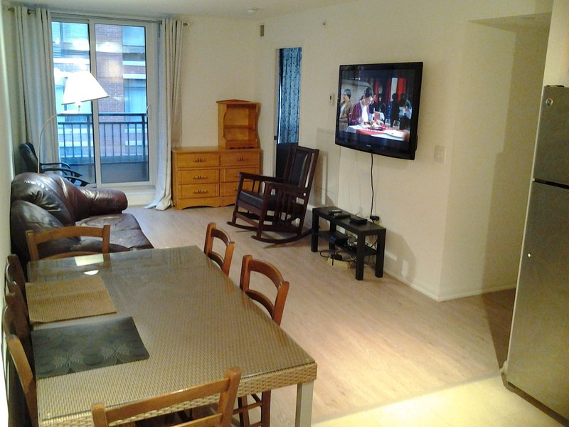 Awesome 2 Bedrooms & 1 Bath Condo: Large, Clean and Tidy, holiday rental in Toronto