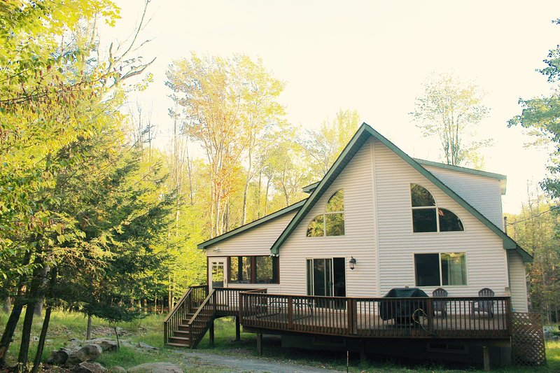 ☀️☀️Open floor plan Chalet with a HUGE GAME ROOM in The Hideout Community!☀️☀️, holiday rental in Honesdale