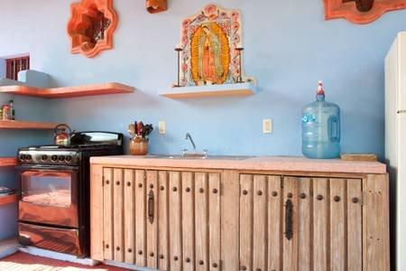 Detail van de buitenkeuken met de Maagd van Guadalupe tegel schilderij prominente